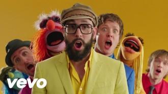 Los Ok Go se lo pasan en grande con los teleñecos